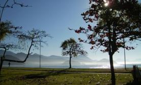 Baia formada pelas praias do Cruzeiro, Iperoig e Praia do Itaguá - Calçada para Caminhadas e Ciclovia
